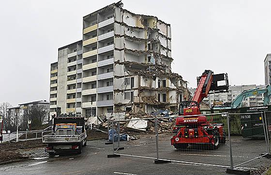 Das bisherige Wohnheim der Altenhilfe St. Jakob am Richtsberg ist bereits entkernt. Seit einigen Tagen läuft der Abriss des siebenstöckigen Gebäudes. Foto Georg Kronenberg